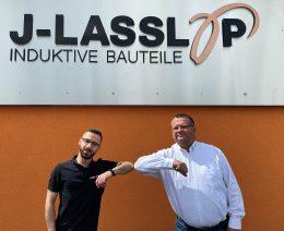 Elia Fafar und Markus Lasslop vor dem Firmengebäude